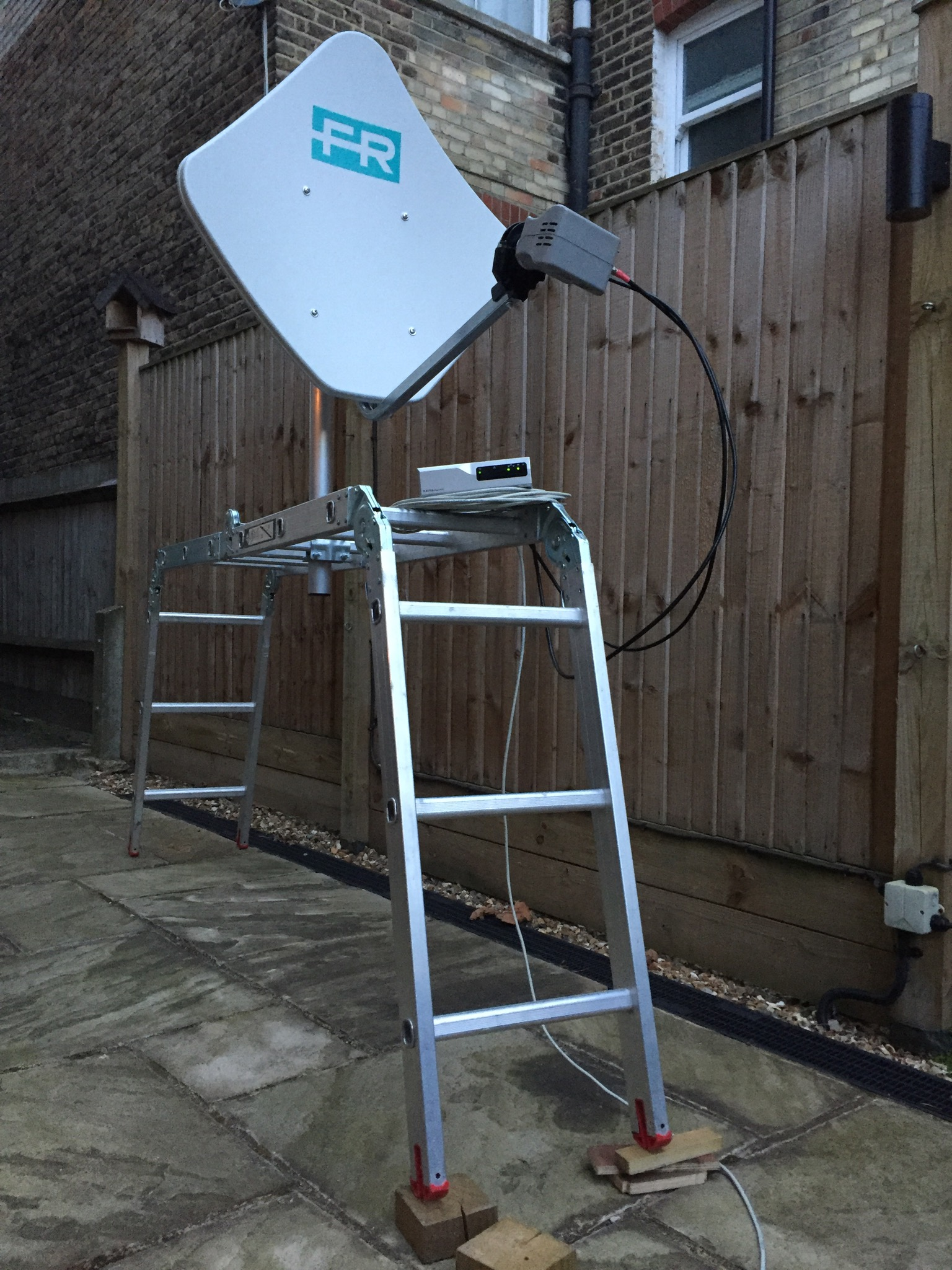 Antenna and modem on the make-shift test bench